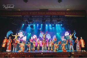 Bùi Anh Tuấn 'đốt cháy' sân khấu Đại nhạc hội chào tân sinh viên báo chí năm 2018
