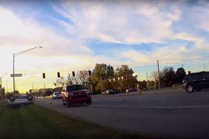 Xe Chevy mất lái gây tai nạn liên hoàn, đâm SUV chổng vó