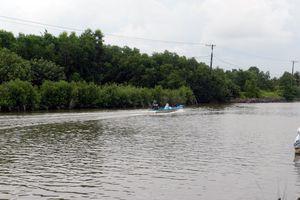 Vỏ lãi lật úp trên sông, một người đàn ông mất tích