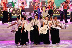 Hàng nghìn người tham dự đêm hội 'Mường Lò vui hội xòe hoa'