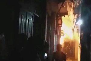Bé trai bị bố dượng đổ xăng đốt đã tử vong