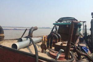 Tàu 'khủng' khai thác cát trái phép trên sông Hồng bị bắt