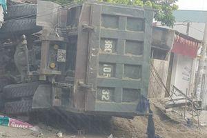 Xe tải lao thẳng vào 3 nhà dân ven đường ở Thanh Hóa