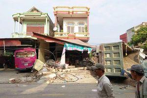 Hiện trường vụ xe tải đâm hư hỏng 3 nhà dân