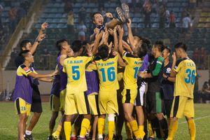 HLV Minh Đức được học trò công kênh dù Hà Nội B thua play-off