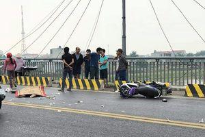 Hai nam thanh niên thương vong trên cầu Thái Bình sau va chạm với xe tải