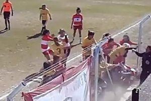 'Nhầm' sân bóng là võ đài, nữ cầu thủ đánh nhau như giang hồ