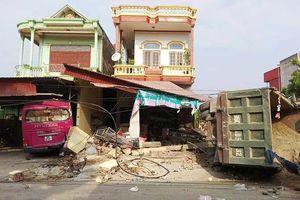 Xe ô-tô tải lao vào nhà dân ở Thanh Hóa