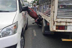 Xe máy va chạm xe tải và taxi, 3 nam sinh nhập viện cấp cứu