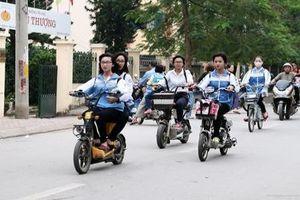 Không đội mũ bảo hiểm, học sinh 'làm xiếc' với xe máy điện trên phố