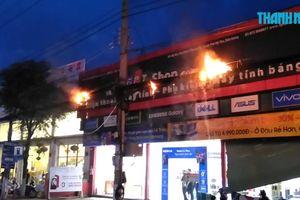 Hoảng loạn vì đường dây điện cháy nổ kinh hoàng trên đường phố Mỹ Tho
