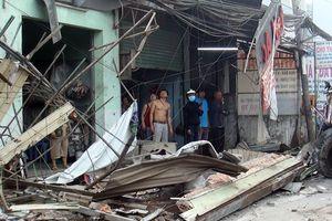 Container 'càn quét' 6 căn nhà trong đêm, nhiều người thoát chết