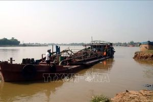 Bắt giữ hàng loạt tàu khai thác cát trái phép trên sông Hồng (Hà Nội)