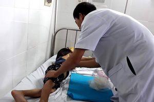 Vụ bạo hành bé gái 6 tuổi ở Ninh Thuận: Khởi tố nghi phạm, cấm đi khỏi nơi cư trú