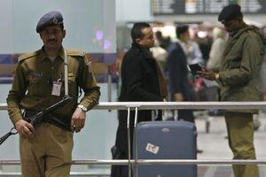 Ấn Độ hạn chế nhân viên an ninh sân bay… cười với khách