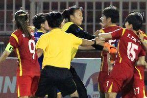 Cầu thủ nữ Việt Nam 'loạn đả' như phim hành động