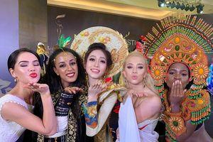 Á hậu Phương Nga nhí nhảnh cùng thí sinh Hoa hậu Hòa bình