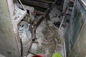Phát hoảng người đàn ông câu điện 220V vào bình gas, cố thủ trong nhà