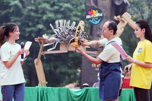 Nghệ nhân Nhật Bản 'giải phẫu' chú sư tử giấy khổng lồ làm từ hộp bánh kẹo cũ