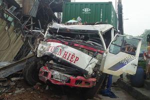 Xe container mất lái tông sập 6 căn nhà ven Sài Gòn