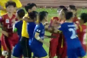 TP:HCM: Cầu thủ bóng đá nữ `biểu diễn phi cước` vào đối thủ trên sân bóng