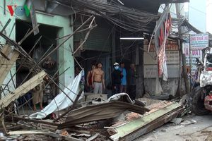 Hiện trường vụ container đâm sập 6 nhà dân trong đêm tại TPHCM