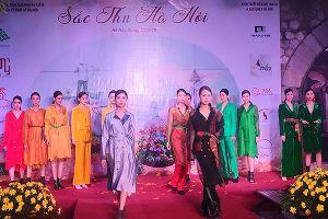 120 mẫu thiết kế thời trang trình diễn trên phố bích họa Phùng Hưng