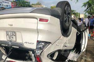 Ô tô lật ngửa sau tai nạn, 1 người phụ nữ tử vong