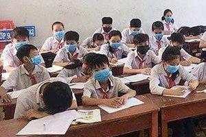 Cả lớp học đeo khẩu trang nghe giảng