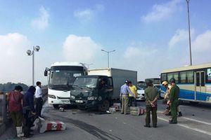 Hà Nội: Tai nạn liên hoàn giữa 6 ô tô, ùn tắc kéo dài trên cầu Thanh Trì