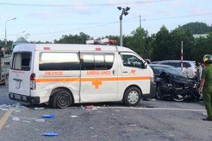 Xe cấp cứu va chạm với ô tô con, 5 người bị thương