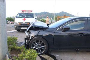 Xe cứu thương va chạm ôtô con, một điều dưỡng bị thương phải đi cấp cứu