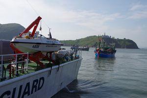 Tàu Cảnh sát biển Việt Nam cứu tàu cá cùng 7 ngư dân Bình Định vào bờ an toàn