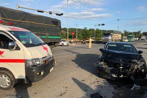 Ôtô Mazda 6 tông xe cấp cứu, nữ y tá văng xuống đường