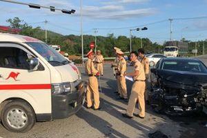 Xe cứu thương va chạm ôtô con, một y tá văng ra khỏi xe