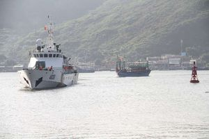 Tàu Cảnh sát biển 4038 cứu tàu cá cùng 7 ngư dân gặp nạn