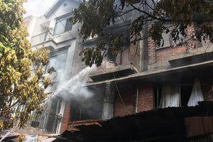 Hà Nội: Cháy lớn ở xưởng sản xuất sofa lan sang 2 nhà dân