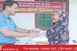 Trao 200 suất cơm miễn phí cho bệnh nhân BVĐK Cẩm Xuyên