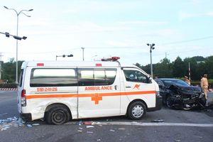 Xe cấp cứu va chạm kinh hoàng với ô tô con, bệnh nhân ung thư cùng 4 người thân bị thương nặng
