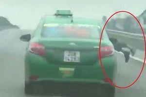 Hất cảnh sát lên nắp capo, tài xế taxi chạy với tốc độ 103 km/h
