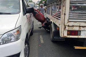 2 nam sinh lọt gầm xe taxi sau tai nạn liên hoàn