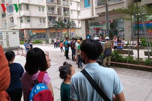 Truy tìm kẻ rút súng bắn vợ giữa chung cư ở Hà Nội