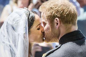Những nụ hôn đính ước ngọt ngào của các cặp đôi Hoàng gia