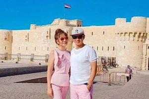 Vợ chồng Lý Hải - Minh Hà diện đồ đôi trẻ trung đi du lịch Ai Cập