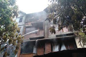 Cháy xưởng sản xuất ghế sofa rồi lan sang nhà dân ở Hà Nội: Đưa thi thể 1 nạn nhân ra ngoài