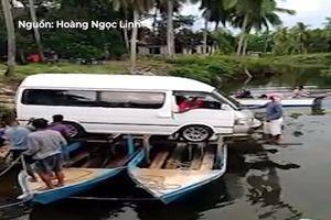 Đưa ôtô qua sông bằng 2 con thuyền nhỏ xíu