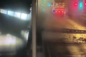 Clip: Khoảnh khắc xe tải kéo sập giàn giáo khiến hầm Thủ Thiêm đóng cửa