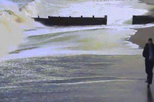 Chạy đua với thủy triều và cái kết nhớ đời