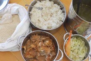 Vụ trẻ ăn gạo mốc, đầu cá: 'Canh' sát bữa ăn!