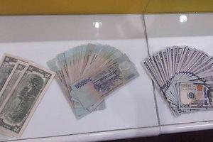 Tài xế taxi trả lại 100 triệu đồng cho khách nước ngoài để quên trên xe